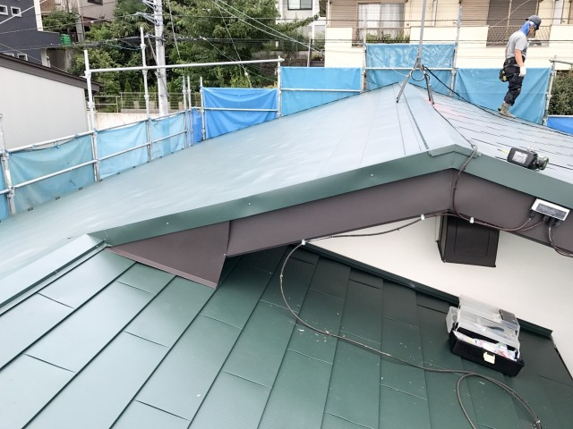 屋根版金の破損による雨漏りで屋根葺き替え施工後